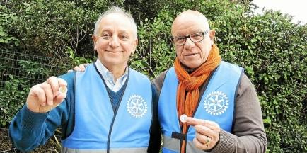 Robert Cappa, responsable de l'opération Jetons le Cancer sur Arradon, accompagné d'Yves Millot, président du Rotary Club Rhuys Vilaine (crédit photo : Le Télégramme)